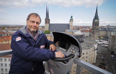 Thomas Häßler auf einer Hebebühne über dem Marktplatz von Halle (Saale)